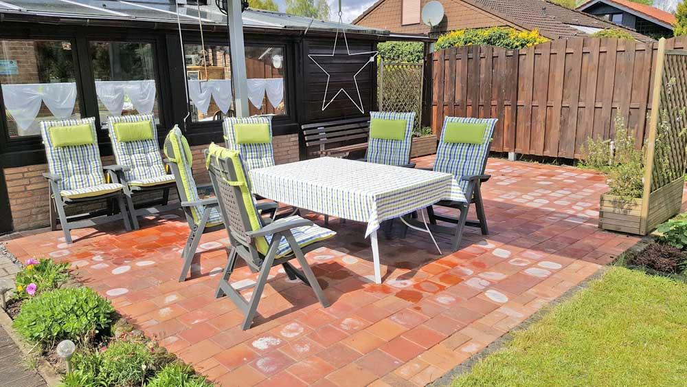 Terrasse Ferienhaus mit Tisch und Stühlen