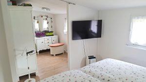 Extrahohe Betten und Ankleidezimmer